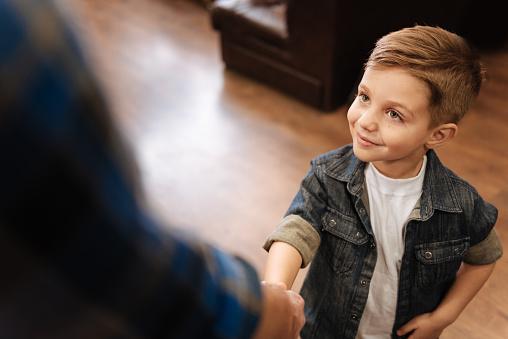5 Cara Menerapkan Sikap Tawadhu Pada Anak
