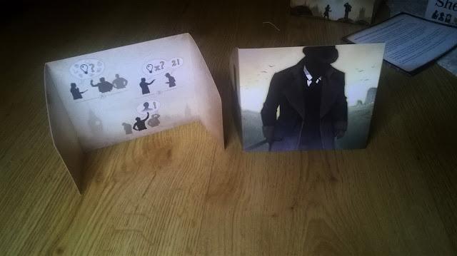 Sherlock Holmes zapisał się w naszej historii jako postać obdarzona nietypową osobowością, nadludzką umiejętnością dedukcji, a także niesamowitą intuicją. Postać wykreowana przez sir Arthura Conana Doyle'a była wykorzystywana w wielu opowiadaniach, historiach, filmach, a także grach. Dzięki wydawnictwu Granna mamy możliwość spróbować swoich sił w śledztwie.   W małym, kompaktowym pudełku znajdziemy 13 kart, każda z jakąś postacią związaną z opowiadaniami Doyle'a wraz z kilkoma ikonami. Blok z kartkami do prowadzenia śledztwa, zasłonki, a także dobrze napisaną, krótką instrukcję. Na szczęście, postaci przedstawione na grafikach odbiegają od jakichkolwiek ekranizacji, dzięki czemu mamy możliwość spojrzenia na nie z jeszcze innej perspektywy, utrzymane w ciekawej oprawie. W całym zestawie brakuje mi tylko czegoś do pisania, choćby małych ołówków, takich jak w Statkach, również wydawnictwa Granna.    Jak grać? Tasujemy 13 kart, jedną, zakrytą rozkładamy na środku stołu, resztę rozdajemy pozostałym graczom. Każdy dostanie również zasłonkę i jedną kartkę. W długopisy musimy zaopatrzyć się sami. Każda postać ma na swojej karcie kilka symboli, każda kartka do śledztwa zawiera miejsce na spisanie graczy, wraz z informacjami ile danych symboli istnieje w grze i możliwością prowadzenia swoich notatek, a także spis wszystkich postaci występujących w grze wraz z symbolami zawartymi na ich kartach. Zadaniem graczy jest rozwiązanie zagadki kto jest przestępcą, czyli jaka karta została wyłożona na środek stołu. W swojej turze gracz ma możliwość wykonania jednej akcji z trzech dostępnych: Śledztwo: gracz wybiera jeden z dostępnych symboli i pyta pozostałych, czy widnieje on na ich kartach. Jeśli pytani mają dany symbol muszą to powiedzieć i unieść rękę. Co ważne - nie mówią ile danego symbolu posiadają. Przesłuchanie: gracz wybiera jednego z uczestników rozgrywki i pyta, ile ikonek danego symbolu ma on na swoich kartach. Pytany musi odpowiedzieć na pytanie. Oskarżenie: gracz mówi gł