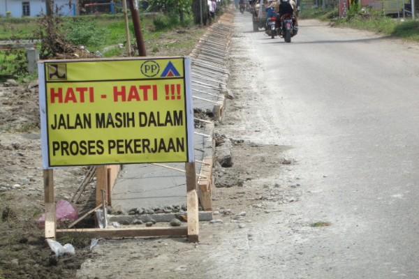 Rambu peringatan jalan masih dalam proses pekerjaan