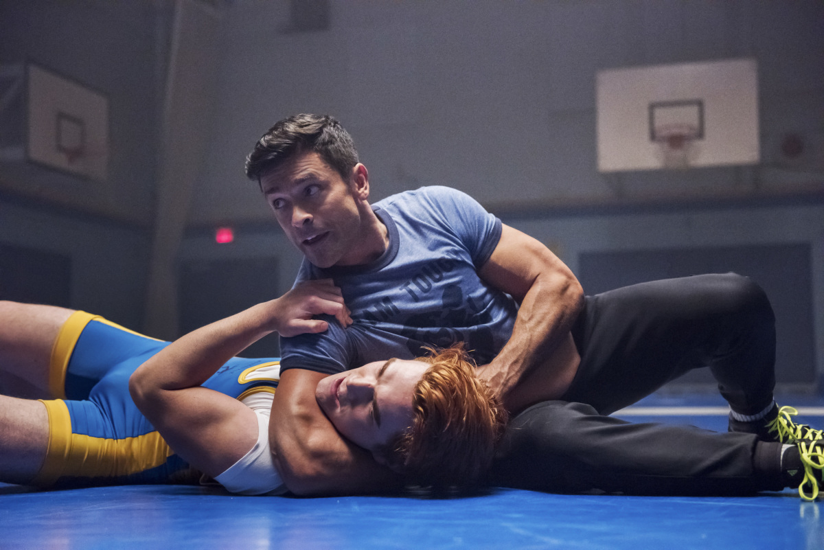 Mark Consuelos y K.J. Apa en Riverdale de The CW