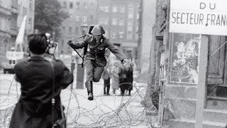 El soldado Conrad Schumann huyendo a Berlín Oeste