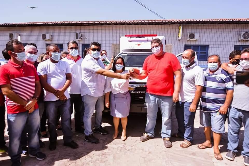 Prefeita Belezinha entrega nova ambulância para a população da cidade.