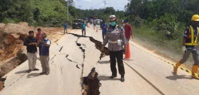 Jalur Lintas Sumbar - Riau Terjadi Amblas di XIII Koto Kampar