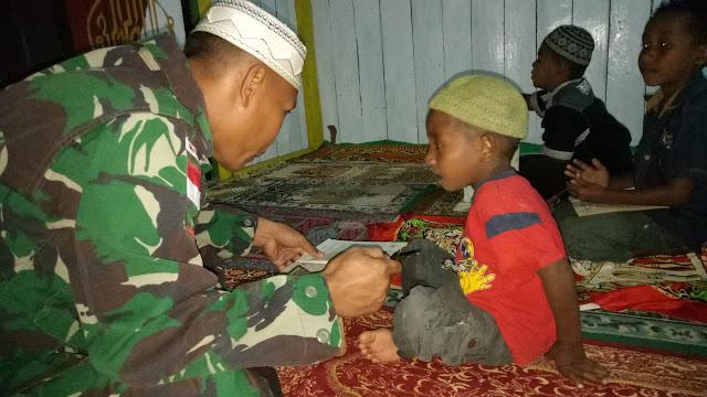 Anggota Satgas Yonif MR 411 Kostrad Mengajar Ngaji Di Daerah Perbatasan