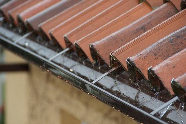 grondaia-rame-pioggia-acqua-tetto-coppi