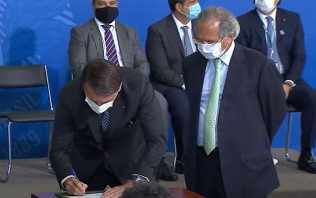 Foto: Reprodução TV Brasil Bolsonaro e Guedes na cerimônia de sanção da MP do crédito