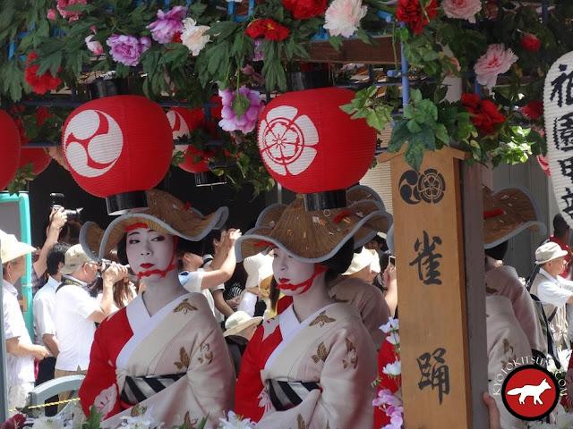 Geisha ou Geiko sur un char au Gion matsuri de Kyoto