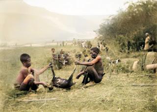 upacara makan dimakam para leluhur sebelum melakukan pengerjaan sawah