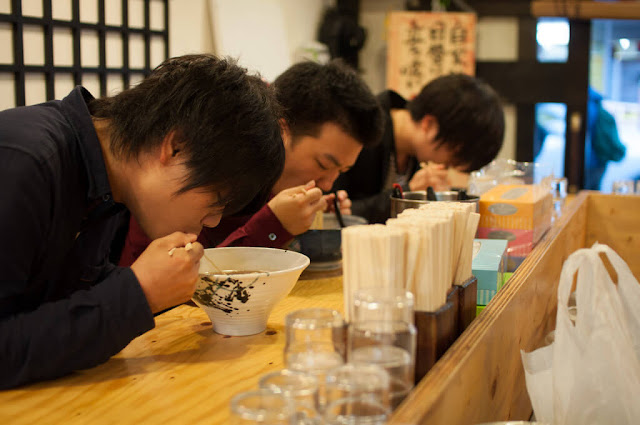 Nhai chậm rãi, ăn rất chậm, mỗi thứ tí ti, nhưng món gì cũng…hết. Người Nhật ăn khỏe nhưng cân bằng chất-vị, và đặc biệt im lặng. Suốt bữa ăn thời gian dài đằng đẵng không một tiếng tóp tép ộp oạp.