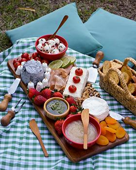 Uma tábua para degustação de queijos de cabra