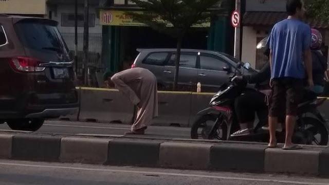 Heboh Pria Bergamis 'Salat' di Tengah Jalan di Kelapa Gading