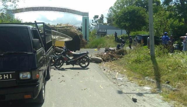 Jalan Utama Kecamatan Ketol Di Blok Oleh Masyarakat Bentuk Protes Kepada Pemerintah