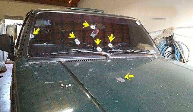 Mesmo estacionada na garagem, caminhonete é atingida por vários disparos de arma de fogo em Teixeira-PB