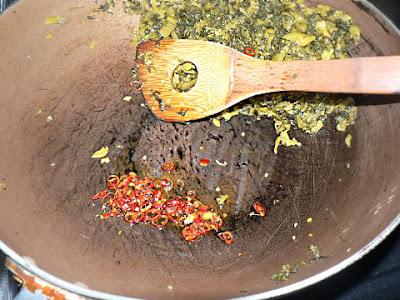 唐辛子を炒めて高菜