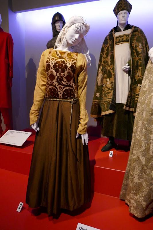 Florence Pugh Outlaw King Elizabeth Burgh costume