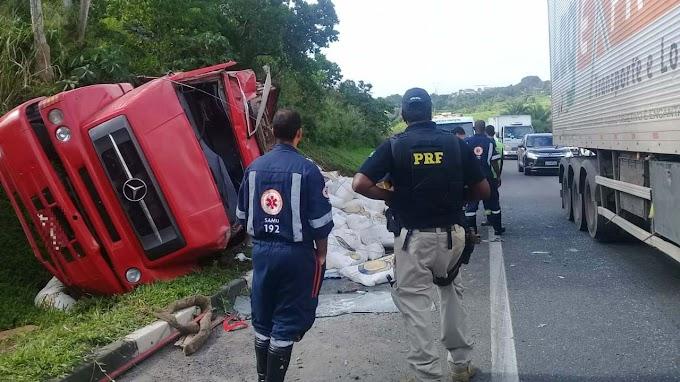 Motorista fica ferido após caminhão tombar na BR-324