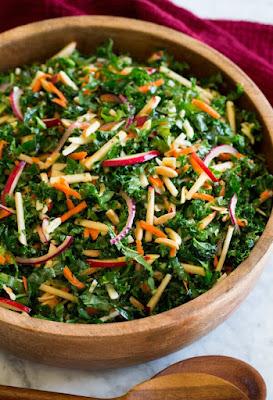 Salada de Couve com Maçã, Cenoura e Queijo Vegetal (vegana)