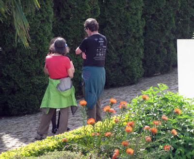 3 pessoas conversando num jardim