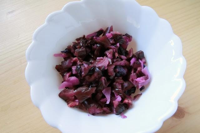 ご飯を炊いている間にしば漬けをみじん切りに切っておきます。 枝豆はさやから取り出しておきます。