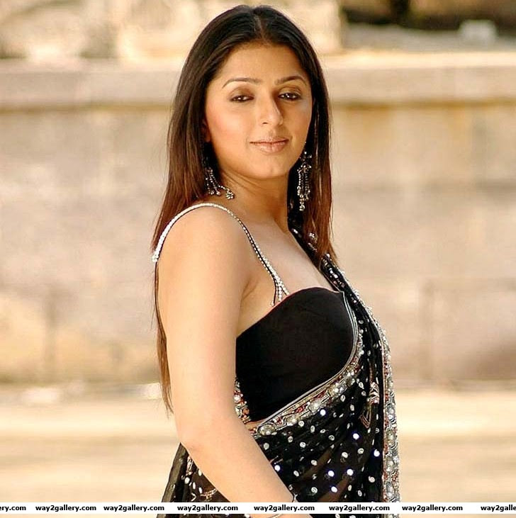 south indian cinema actress bhoomika wearing black saree pictures
