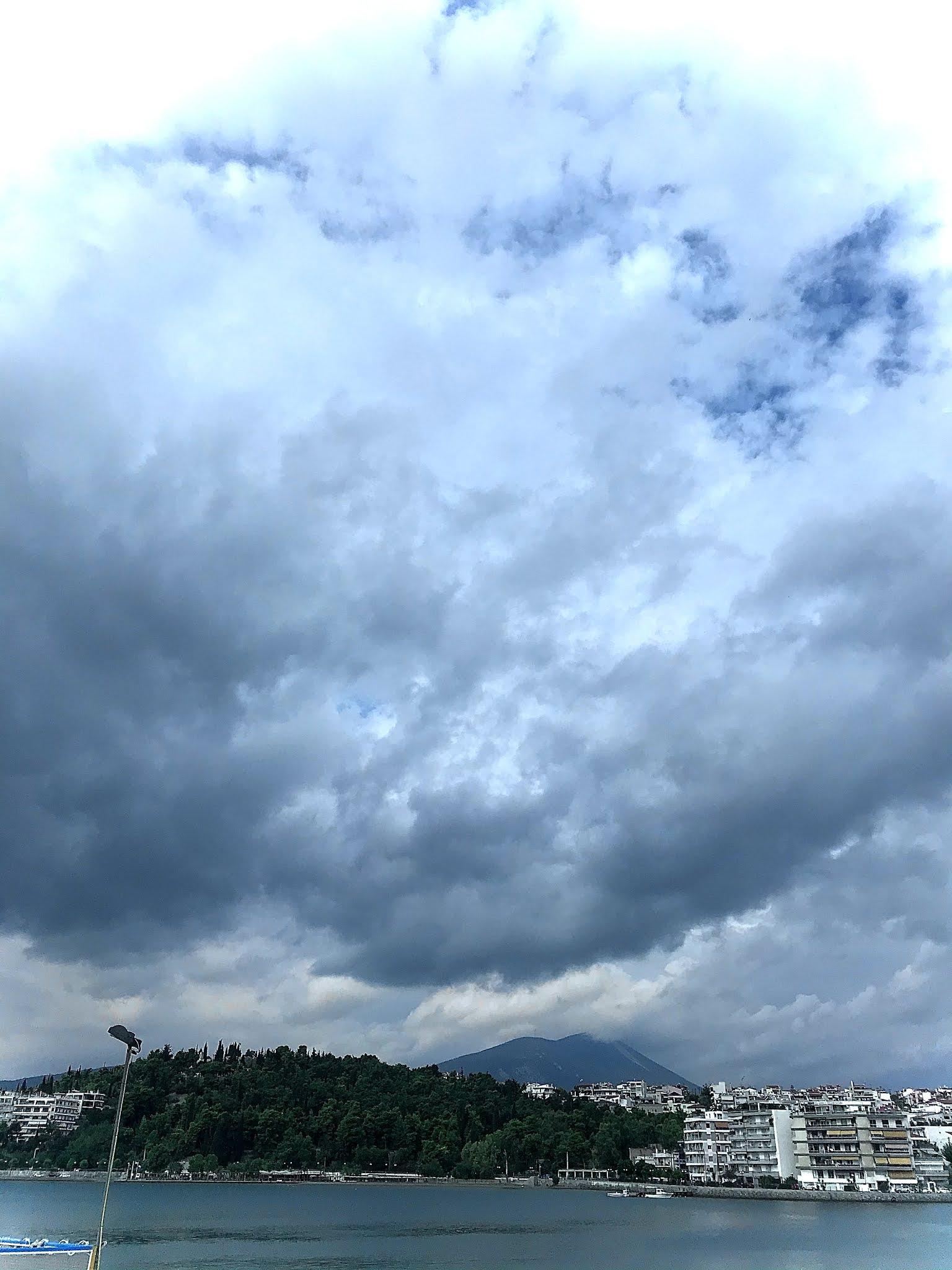 Οι φωτογραφίες είναι τραβηγμένες από την παραλία της Χαλκίδας. Το πρωί της Παρασκευής 18 Σεπτεμβρίου 2020 ο καιρός άρχισε να γίνεται άγριος.