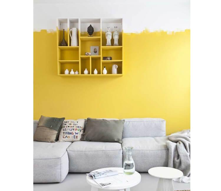 Salotto arredato con colori bianco e giallo