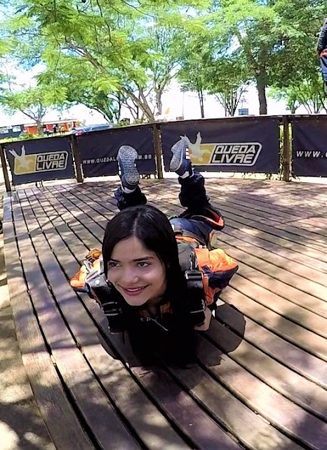 menina em um deck de madeira com as pernas cruzadas