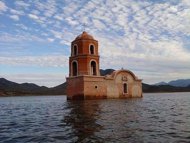 Iglesia sumergida en una presa