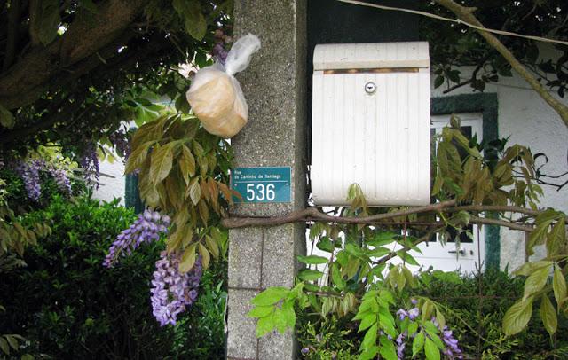 saco de pão pendurado no portão de uma casa