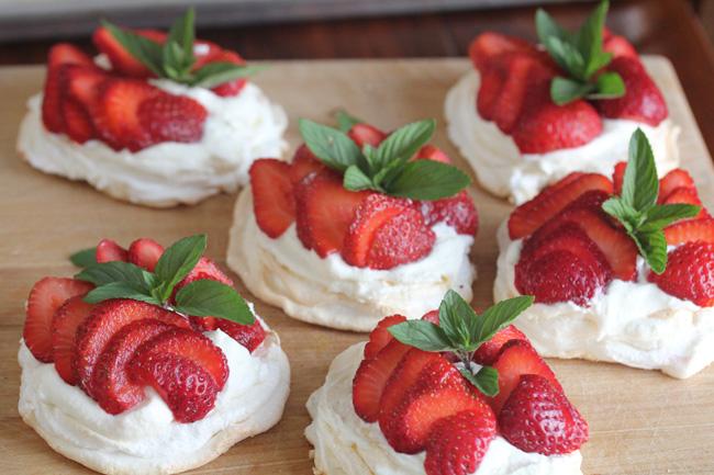 Mini Pavlova Recipe #desserts #cakerecipe #chocolate #fingerfood #easy