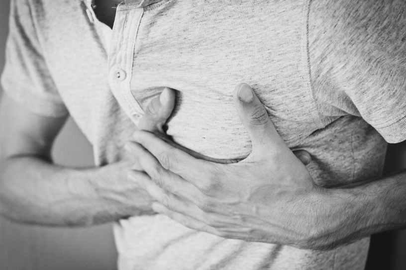 صورة تظهر رجلا يضيع يديه على قلبه دليلا على اصابته بأزمة ما ممكن ان تكون أزمة قلبية او أزمة من نوع آخر