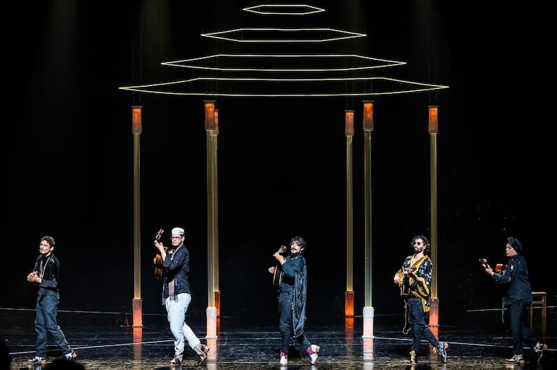A nova criação de Jonas&Lander intitula-se Bate Fado, um espetáculo híbrido entre a dança e o concerto de música projetado para nove performers: quatro bailarinos, quatro músicos e um fadista (bailarino).