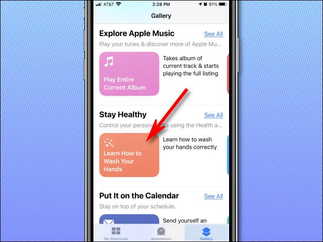 في معرض الاختصارات على iPhone أو iPad ، اضغط على أي اختصار.