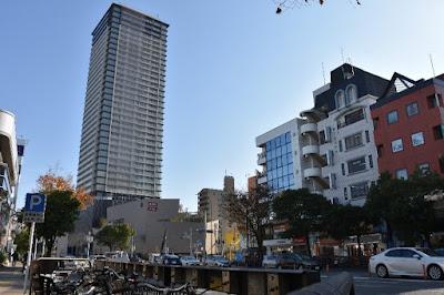 福岡市営地下鉄の西新駅最寄りの交差点。中央の高いビルが、駅直結の商業施設「プラリバ」で、2003年にリニューアルした。