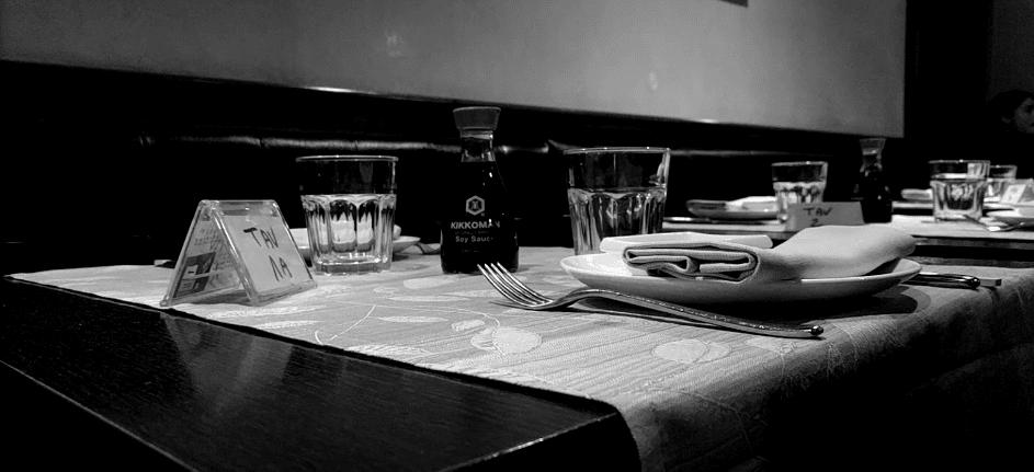 Ritocco di una foto che ritrae i tavoli del Fascino Fusion, ristorante cinese giapponese tailandese a pochi passi da casa mia. Foto tratta da Google Maps, link in calce al post.