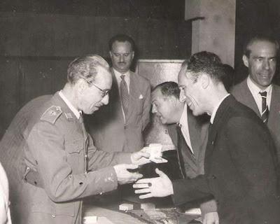 Entrega de medalla a Josep M. Bas en 1951
