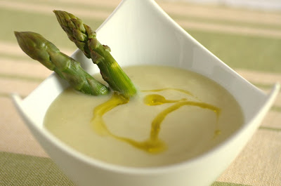 Crema di asparagi condita con olio extravergine di oliva