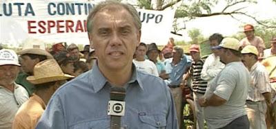Marcelo Rezende em reportagem para o Jornal Nacional na década de 1990, quando se passa Verão 90