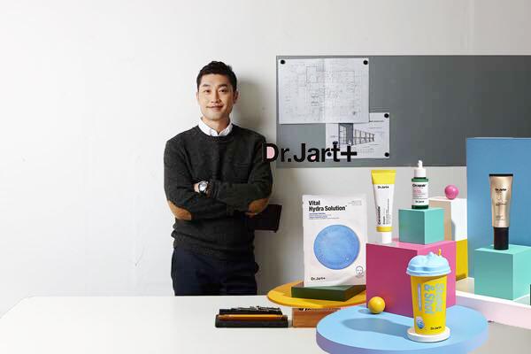 kiến trúc sư Chin Wook Lee bên các sản phẩm chăm sóc da của mình
