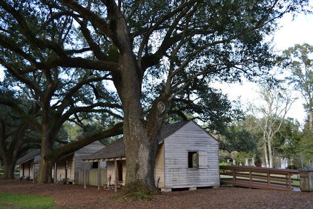 """хижины рабов на плантации """"Дубовая аллея"""", Луизиана"""