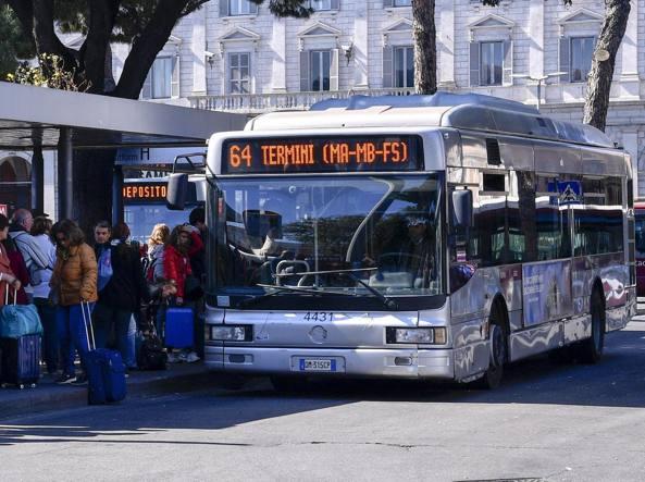 Roma: autobus Atac in fiamme
