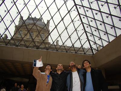 Contando os losangos da pirâmide do Louvre - Paris - França