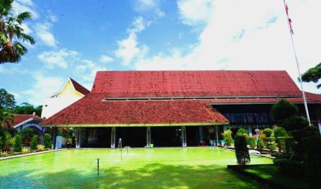 Aula Politeknik Banyuwangi bergaya rumah adat suku Osing.