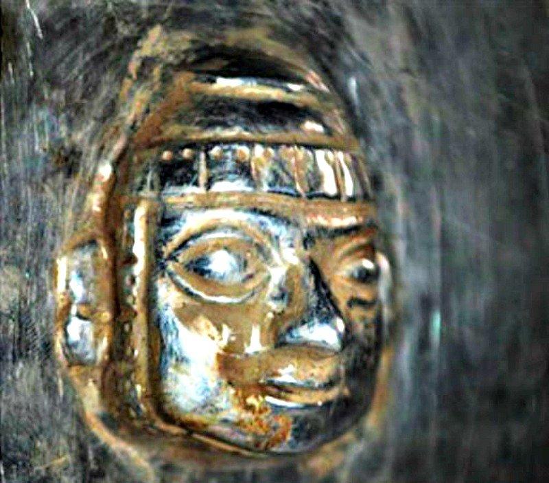 Primer plano de los detalles decorativos que adornan uno de los artefactos recuperados recientemente en la sierra norte de Perú.