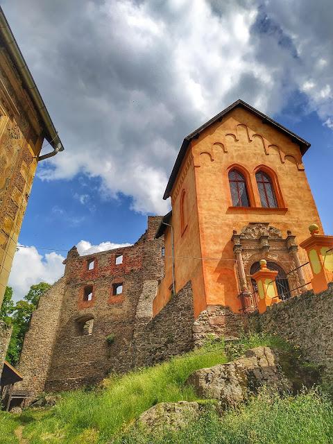 Zamek Grodno  Zagórzu Ślaskim, widok na główne wejście