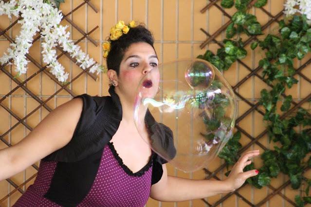 Artista de circo em show de bolhas gigantes para festa do dia das crianças.