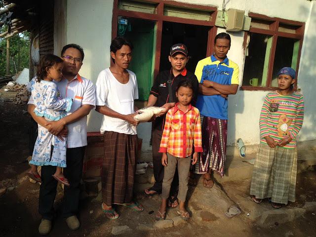 Team Lazismu Jember memberi bantuan Tahap I berupa Sembako