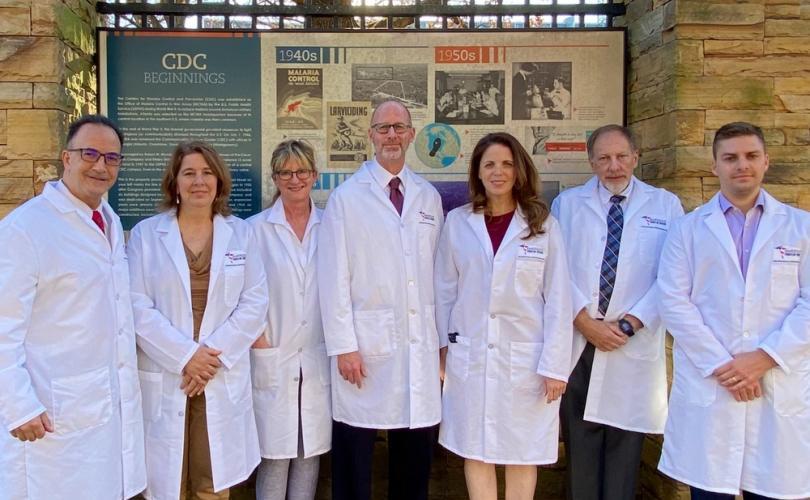 """Médicos protestam contra vacinas COVID que são """"experimentais"""" e nunca devem ser obrigatórias ou forçadas"""