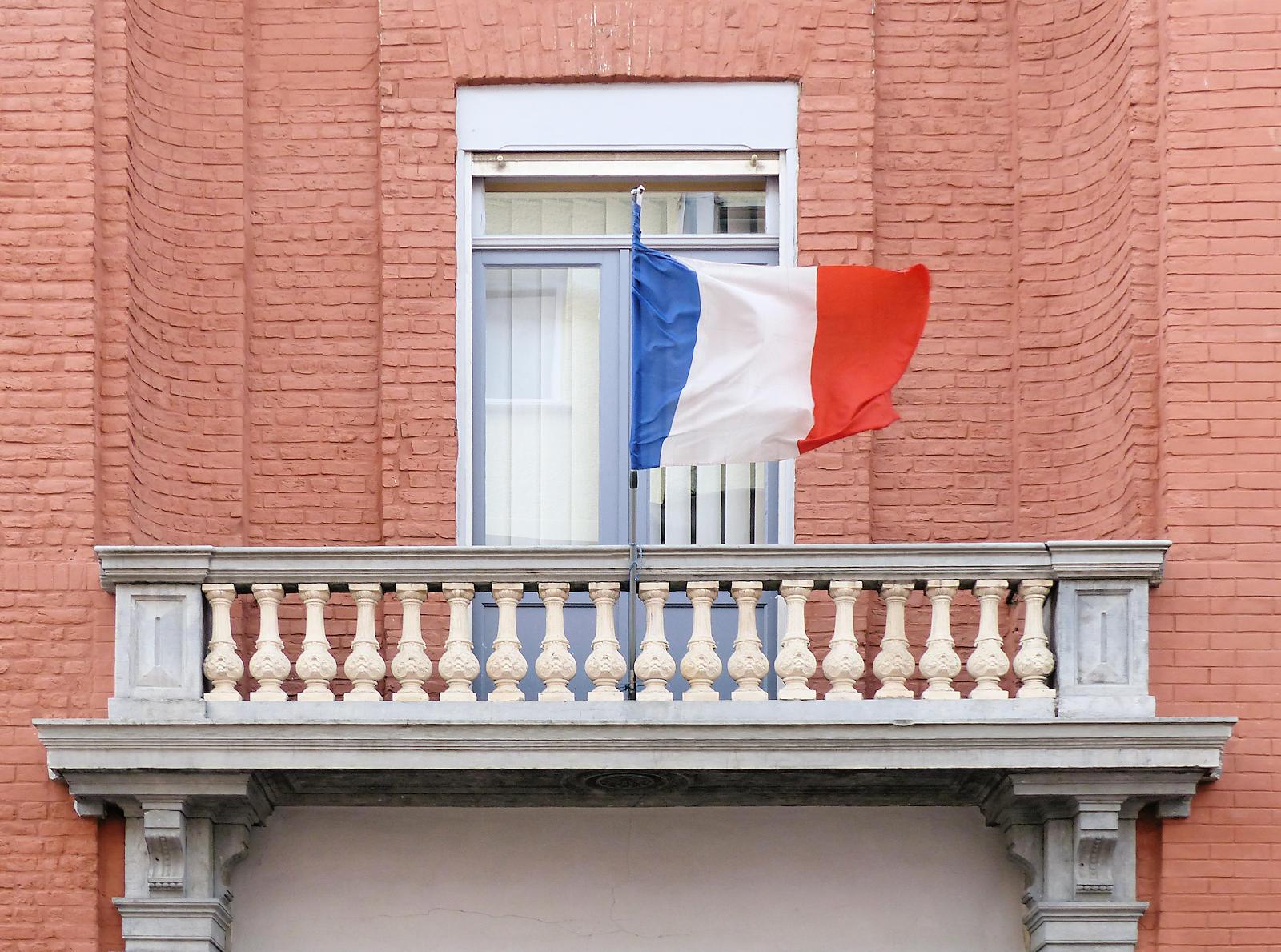 École Primaire CNDI, Tourcoing - Balcon et Drapeau.