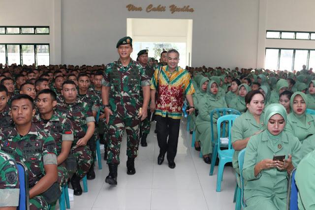 Personel Madivif 2 Kostrad Menerima Ceramah Motivasi dari Dr. drs Aqua Dwipayana